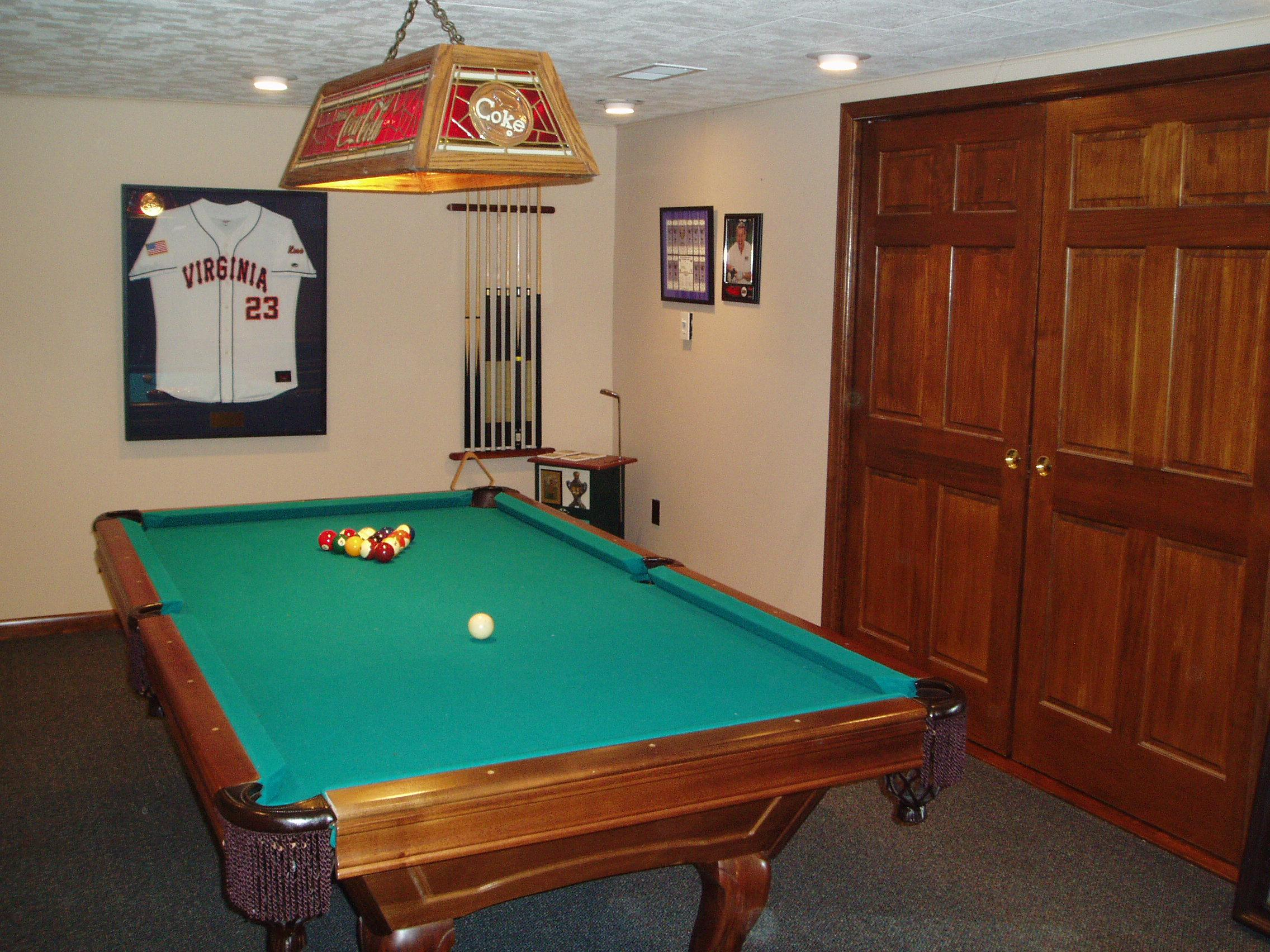 Simple home pool table room for Small pool table room ideas